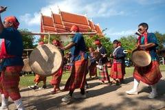 """Músicos tailandeses tradicionales en el festival """"Boon Bang Fai"""" de Rocket Fotos de archivo libres de regalías"""