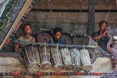 Músicos tradicionales de Batak que juegan en la isla de Samosir Fotografía de archivo libre de regalías