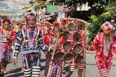 Músicos tribales que desfilan Filipinas Imágenes de archivo libres de regalías