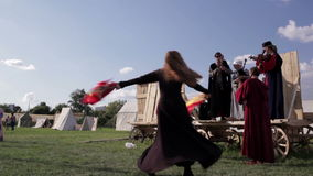 Músicos y bailarín populares 2 de la mujer almacen de metraje de vídeo