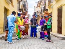 Músicos y bailarines de la calle en La Habana vieja Imágenes de archivo libres de regalías
