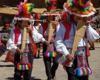 Músicos y bailarines durante un festival en la isla de Taquile en el LAK Imagen de archivo