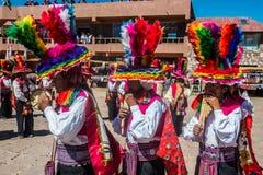 Músicos y bailarines en los Andes peruanos en Imagen de archivo libre de regalías