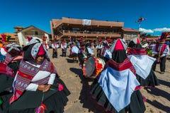 Músicos y bailarines en los Andes peruanos en Fotografía de archivo libre de regalías