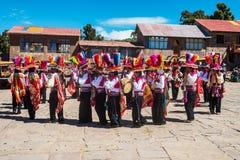 Músicos y bailarines en los Andes peruanos en Puno Perú Imagen de archivo