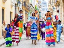 Músicos y bailarines en los zancos en La Habana vieja Fotos de archivo libres de regalías
