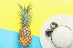 ` Mûr de femme d'ananas s Straw Hat Sunglasses sur le fond bleu jaune de Duotone de fente Fruits tropicaux de voyage de vacances  image libre de droits