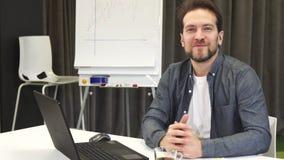 Mûrissez l'homme d'affaires barbu souriant joyeux à l'appareil-photo clips vidéos