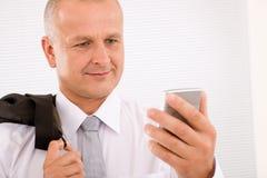 Mûrissez la verticale de plan rapproché de téléphone de prise d'homme d'affaires Photographie stock