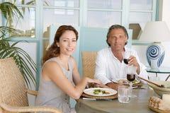 Mûrissez les couples prenant le déjeuner. photos stock