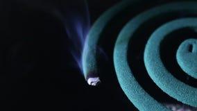 Mückenschutz auf lokalisiertem Schwarzem stock video