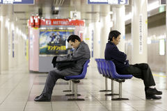 Müde Arbeitskräfte in der Untergrundbahn Stockbild