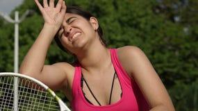 Müde athletische Tennis-Spieler-jugendlich Frau und Abführung stockbilder