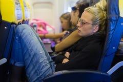 Müde Dame, die auf Flugzeug Nickerchen macht lizenzfreie stockfotos