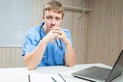 Müde Doktorgriffe in den Handgläsern Lizenzfreie Stockfotos