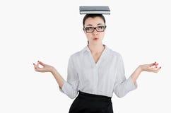 Müde, erschöpfte Geschäftsfrau, die ein Tagebuch auf seinem Kopf mit hält Stockbilder
