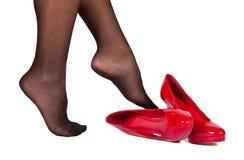 Müde Füße und rote hohe Hügelschuhe Stockfotografie