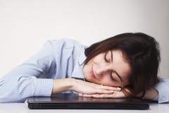Müde Frau, die bei der übermäßigen Arbeit des Arbeitsplatzes schläft, Überlastung, Stockbilder