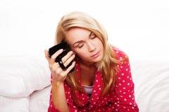 Müde Frau, die ihren Morgenkaffee trinkt Stockfotografie