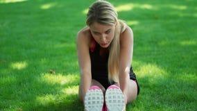 Müde Frau, die nach Training im Freien stillsteht Sportfrau, die Übung ausdehnend tut stock video