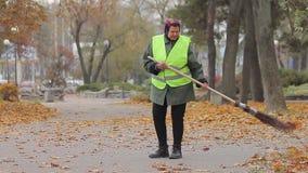 Müde Frau, die schwer als Straßenreiniger, niedrig zahlende Handarbeit, Armut arbeitet stock video footage