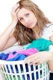 Müde Frau, die Wäscherei tut Lizenzfreie Stockfotos