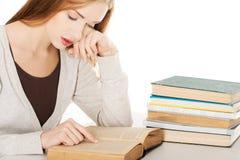 Müde Frau, die zur Prüfung sich vorbereitet Lizenzfreie Stockfotografie