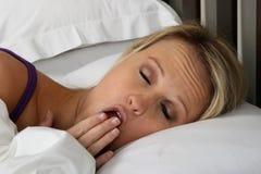 Müde Frau im Bett Lizenzfreie Stockbilder