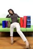 Müde Frau mit dem Einkaufen lizenzfreie stockfotos