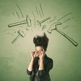 Müde Frau mit Frisur und Kopfschmerzen hämmern Symbole Lizenzfreie Stockfotos