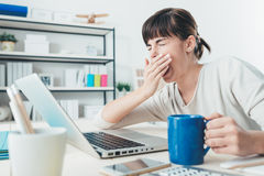 Müde Frau am Schreibtisch stockfoto