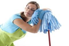 Müde Frau, welche die Reinigung tut lizenzfreie stockfotos
