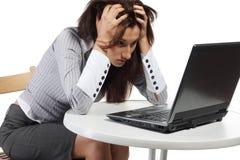Müde Frauen, die mit Computer sitzen Lizenzfreie Stockbilder