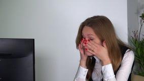 Müde Frauenarbeit am Bürocomputertisch Weiblicher Offizier am Projekttermin stock video footage