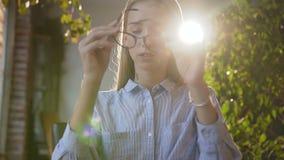 Müde Geschäftsfrau in der Glasfunktion mit Tablette im Büro Junge kaukasische Studentin des Porträts, die Radioapparat verwendet stock footage