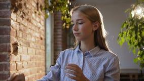 Müde Geschäftsfrau in der Glasfunktion mit Tablette im Büro Junge kaukasische Studentin des Porträts, die Radioapparat verwendet stock video