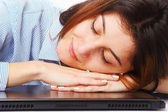 Müde Geschäftsfrau, die bei der übermäßigen Arbeit des Arbeitsplatzes schläft, Stockfotos