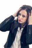 Müde Geschäftsfrau, die enorme Kopfschmerzen lokalisieren lässt stockfoto