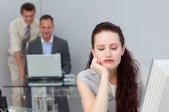 Müde Geschäftsfrau, die an ihrem Schreibtisch schläft Lizenzfreies Stockbild