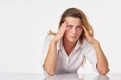 Müde Geschäftsfrau, die Kopfschmerzen hat Lizenzfreies Stockfoto