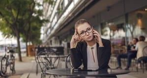 Müde Geschäftsfrau, die am Mobiltelefon spricht Stockfoto
