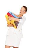 Müde Geschäftsfrau, die schwere Mappen trägt lizenzfreie stockfotografie