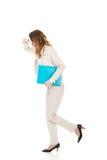 Müde Geschäftsfrau mit Mappe Lizenzfreie Stockfotografie