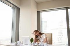 Müde Geschäftsfrau unproduktiv, dringende Arbeit zu beenden, zu viel stockbilder