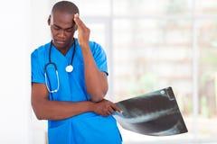 Müde Gesundheitswesenarbeitskraft lizenzfreie stockbilder