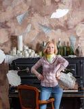 Müde junge blonde Frau, die ihre Musikblätter wirft Lizenzfreie Stockfotos