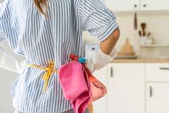 Müde junge Frau, die am Küchenraum steht lizenzfreie stockfotos