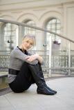 Müde junge Frau, die nach dem Einkauf in großer Str. stillsteht Lizenzfreie Stockfotografie