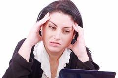 Müde junge Frau im Büro am Arbeitsplatz s Stockfotos