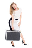 Müde junge Frau trägt einen Koffer Stockfotos